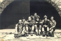 Felix Tauschke, Jose Ramon Plazaola, Pedro Tauschke, Clemente Tauschke, Txomin Bereziartua, Luis Mari Peciña eta Juan Mari 'Txibis' Gabilondo Beriain tontorreko San Donato baselizan (1972 urtera aldera)